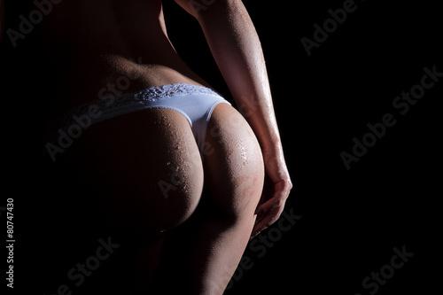 Rundungen eines nassen Frauen Hinterns mit Slip Poster