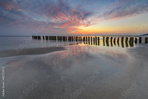 Wall Murals Light pink Morze, plaża o wschodzie słońca