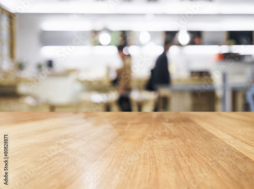 Staande foto Industrial geb. Table top with People and blurred kitchen background