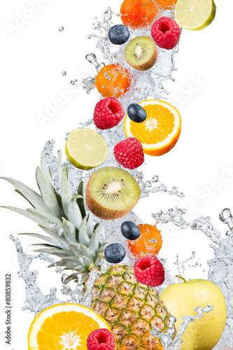 plusk-wody-ze-swiezymi-owocami