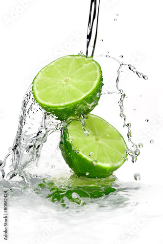 dwie-plasterki-limonki-wylewane-z-woda