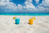 Fototapeta Fototapety z morzem do Twojej sypialni - Colorful drinks on sandy beach
