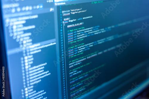 Fotografía  Código de programación en un monitor.