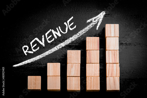 Fotografía  Word Revenue on ascending arrow above bar graph