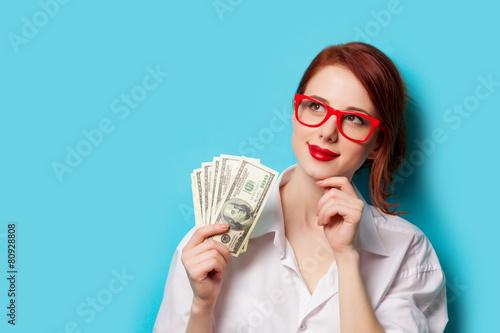 Fotografía  Mujeres en vidrios rojos con dinero