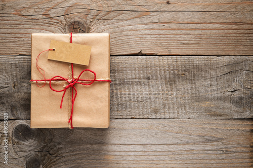 Fotografía  Gift box with tag on wooden background
