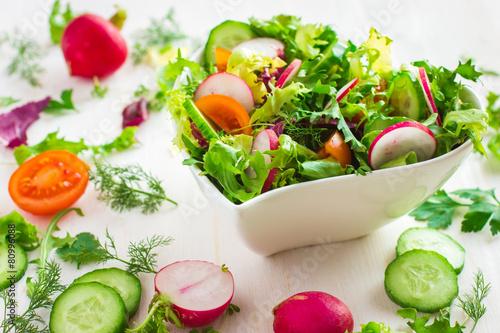 Fotografie, Obraz  Zdravý salát s čerstvou zeleninou a složek na bílém bac