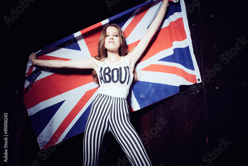 Fotografía  Expressive portrait of a beautiful girl with a British flag