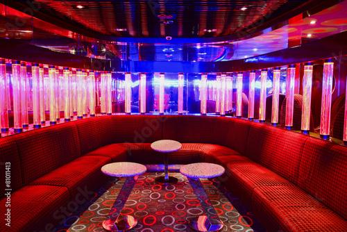 Zdjęcie XXL Czerwone wnętrze klubu VIP z pięknym oświetleniem