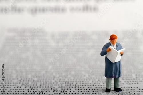 Fotografie, Obraz  miniatura di uomo d' affari che legge il giornale
