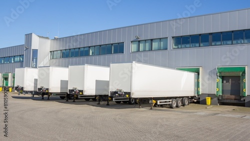 Fotografía  Distribution centre with trailers waiting to be loaded