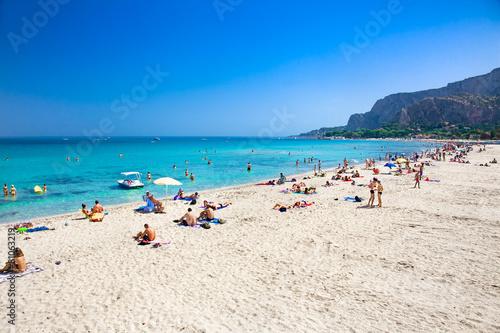 La pose en embrasure Palerme Mondello white sand beach in Palermo, Sicily. Italy.