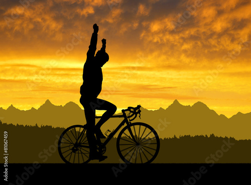 obraz dibond Sylwetka rowerzysty na rowerze drogowego na zachód słońca