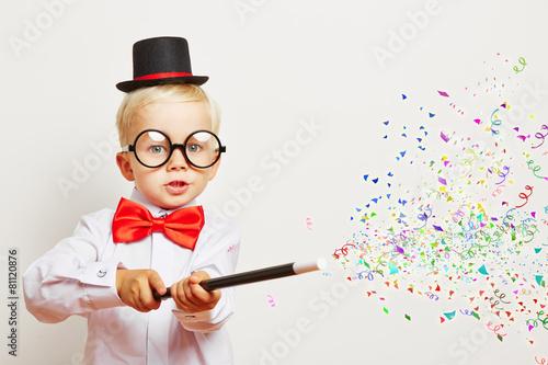 Fotografie, Obraz  Zauberer zaubert Konfetti aus Zauberstab