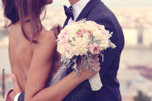 Detail einer Braut und Bräutigam umarmend Fototapete