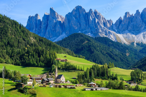 Photo View of mountain valley and Santa Maddalena village, Dolomites