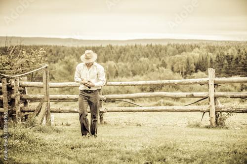 Fotografia  Young Farmer and a Chicken