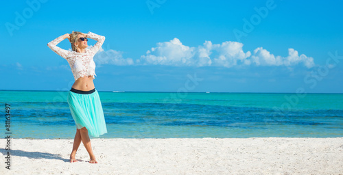 Photo  Happy woman on the beach in tropical island