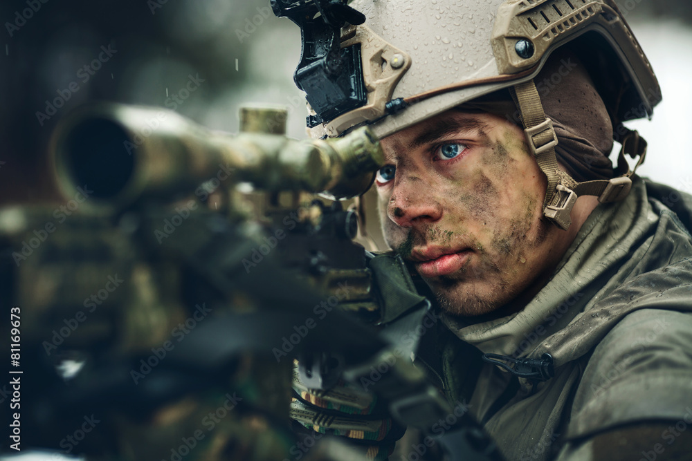 Fotografía armed  man in camouflage with sniper gun