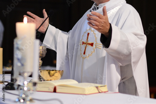Fotografia priest and worship at the altar
