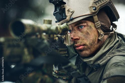 Fototapeta Ozbrojený muž v maskování s odstřelovací pušky