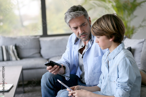 Poster Peche Father and son playing with smartphones