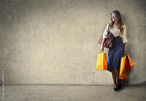 Papiers peints Retro Girl carrying shopping bags