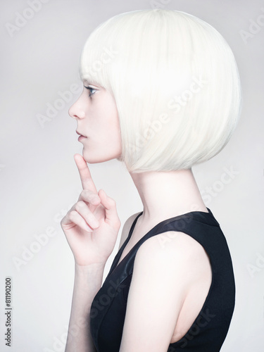 Foto blond young woman. bob hairstyle girl