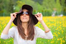 Fühlingshaft - Sommerlich - Frau In Einer Blumenwiese