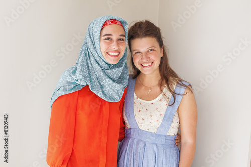 Cuadros en Lienzo friendship of the religions concept: muslim and christian girl t