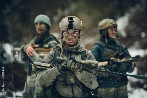 straznik-stoi-z-bronia-i-patrzy-w-przyszlosc