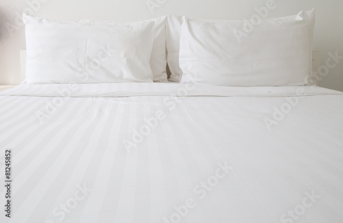 Obraz White bed sheets and pillows - fototapety do salonu