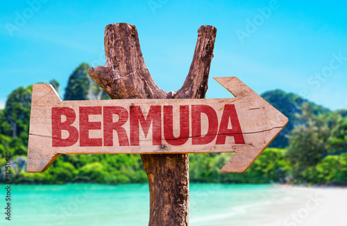 Photo Bermuda wooden sign with beach background
