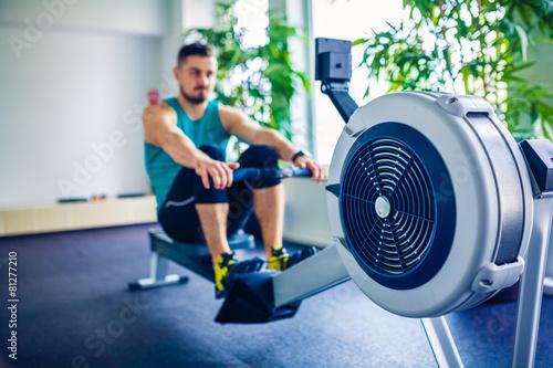 Fotografie, Obraz  Crossfit instruktor v posilovně dělat cvičení Rowing