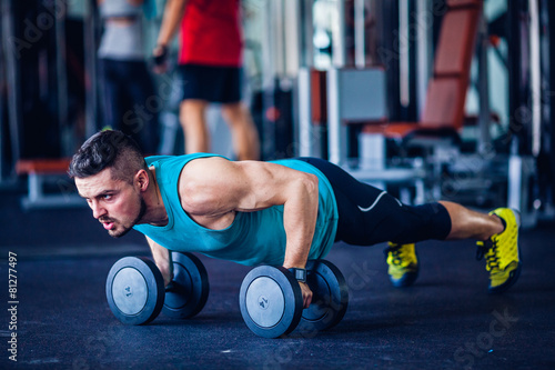 Foto op Plexiglas Fitness Crossfit instructor at the gym doing pushups