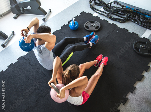 Photo  Fitness instructor  exercising with his client at the gym