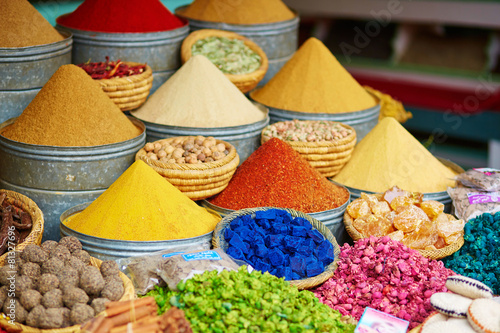 Autocollant pour porte Herbe, epice Selection of spices on a Moroccan market