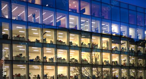Obraz LONDON, UK - DECEMBER 19, 2014: Late office workers - fototapety do salonu