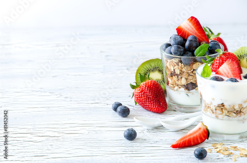 Fotografía Healthy breakfast with muesli in glass, fresh berries and yogurt