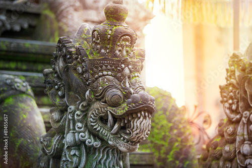 Montage in der Fensternische Bali Balinese stone sculpture art and culture