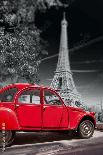wieza-eifla-z-czerwonym-samochodem-w-paryzu