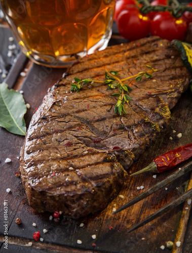 Photo  Beef rump steak on black stone table