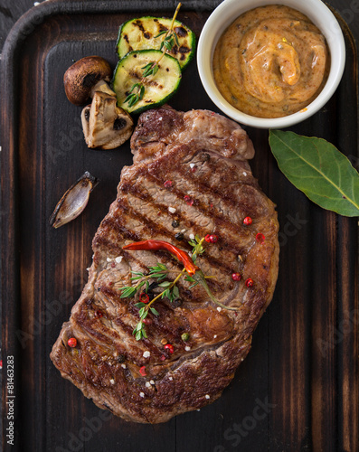 Beef rump steak on black stone table Tablou Canvas