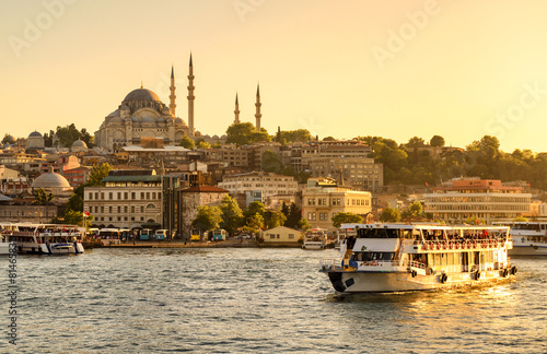 Tuinposter China Tourist boat sails on the Golden Horn in Istanbul