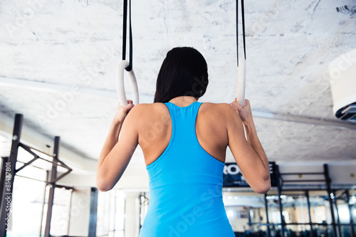Zdjęcie XXL Widok z tyłu portret kobiety pracujące na gimnastyczne