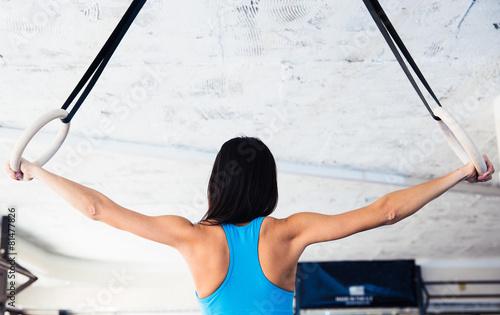 Zdjęcie XXL Tylny widok portret kobieta pracująca na gimnastycznych pierścionkach out