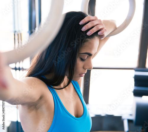 Zdjęcie XXL Zmęczona kobieta z pierścieniami gimnastick