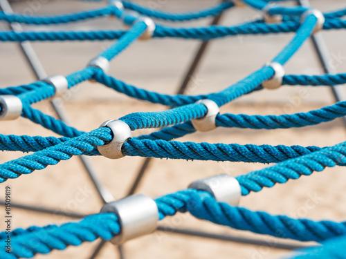 Klettergerüst Aus Seilen : Red klettergerüst seilen gegen blauen himmel bewölkt in einem park