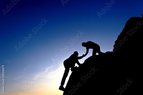 Fotografía  Silhouette of helping hand between two climber