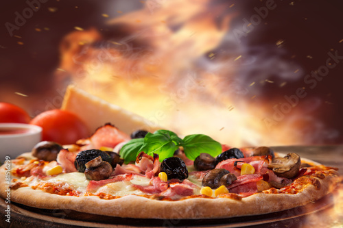 Foto  Delicious italian pizza served on wooden table